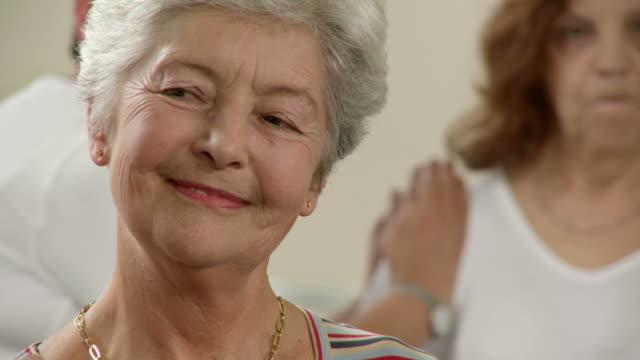HD: Allegra donna Senior godendo massaggio