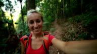 Fröhlich Reisen-Frau nehmen selfie im Wald