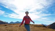 WS fröhliche Frau Springen In den Bergen
