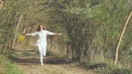 SLO MO fröhliche Frau mit einem Ballon überspringen im Wald