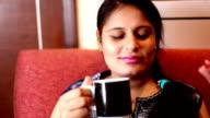 Vrolijke vrouwen genieten van koffie