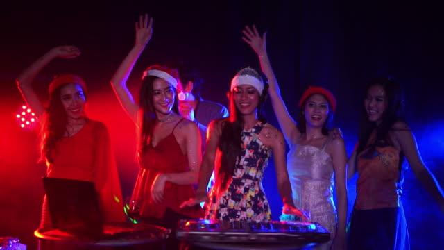 Fröhliche junge Menschen tanzen auf Nacht-Party, gemischte Dj Musik im Night Club. Silvester Party 2018 Konzept.