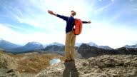 Juichende wandelaar vieren op de bergtop