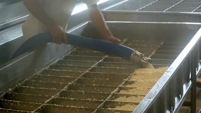 Cheesemaker Füllung Käse Curds in Moulds