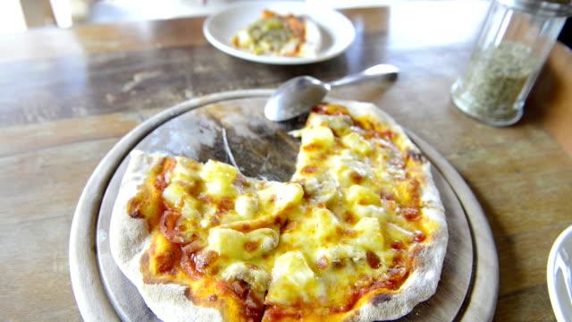 Chefkoch Bäcker machen pizza in Küche