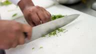 Koch Kochen und Schneiden von Gemüse