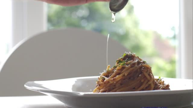 Chef-kok dressing pasta met olijfolie