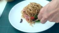 chef-kok spaghetti op bord plaatsen