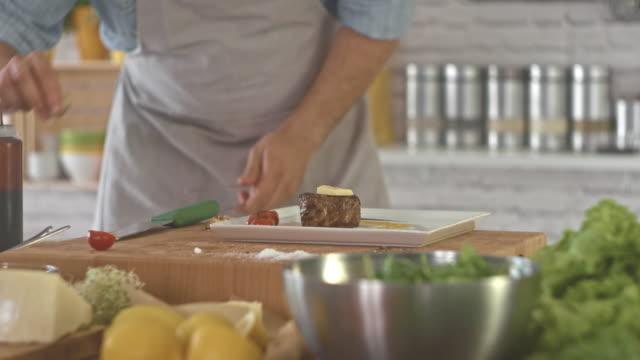 Chef-kok kruiden geroosterd rundvlees in keuken
