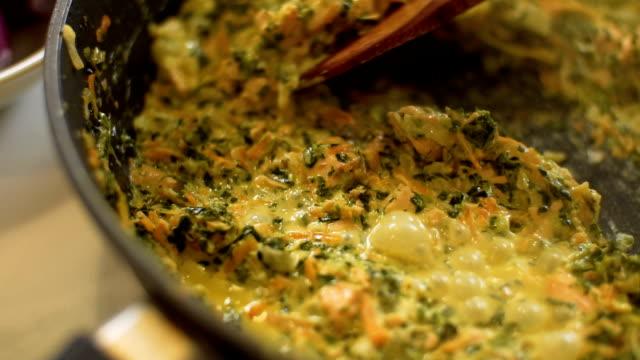 Küchenchef rühren Soße, Slo-mo