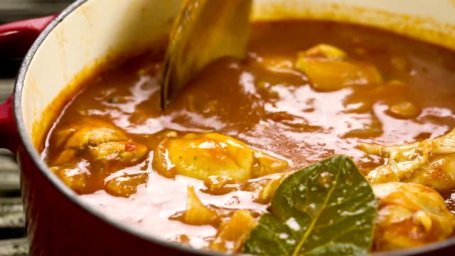 Huhn in Tomaten-sauce