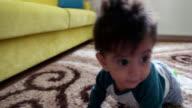 Kind Krabbeln auf dem Teppich