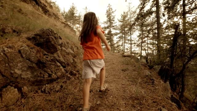 Kinder Wandern-ein kleines Mädchen Wandern im Woods.Slow Bewegung.
