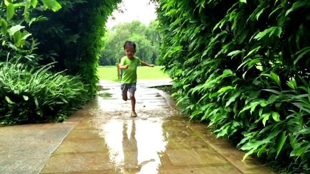 Kind Füße spielen Zeitlupe in das Wasser