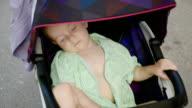 Kind schläft im Kinderwagen, Nahaufnahme