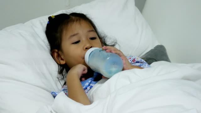 Kind opzuigen van melk fles