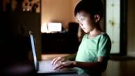 Barnet med laptop