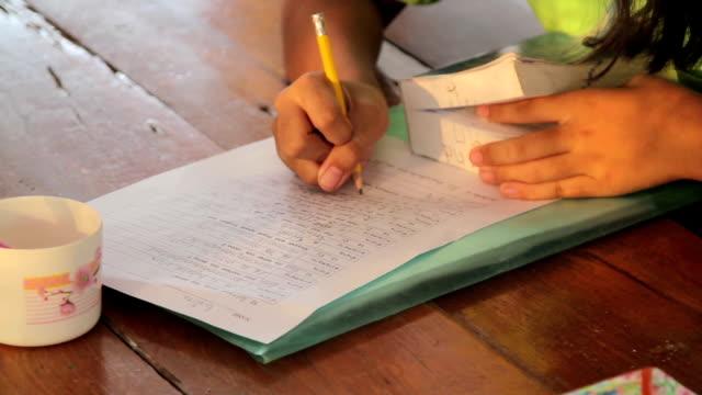 Bambino lavorando in inglese nei compiti a casa