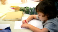 Kinder lernen in der Schule zu zeichnen