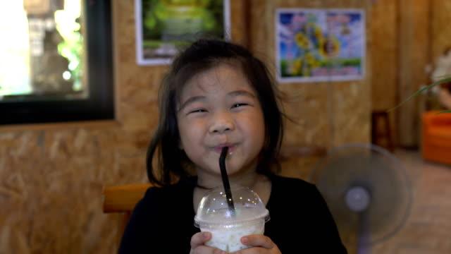 Barn äter mat med lycka.
