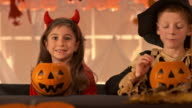 HD DOLLY: Kinder essen Halloween-Bonbon