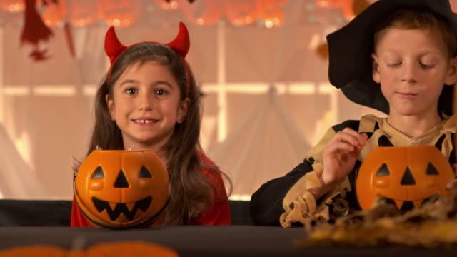 HD DOLLY: Kinder essen Halloween-Bonbon