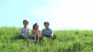 Bambini mangiare il gelato in una giornata estiva.