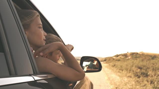 Kinderen kijken uit auto raam