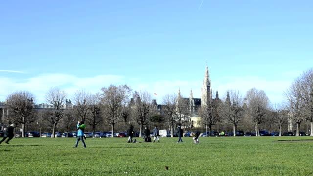 Bambini che giocano nel parco.