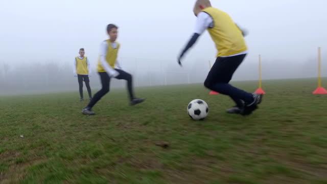 HD: Barn spelar fotboll.