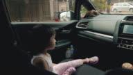Barn som färdas i en bil