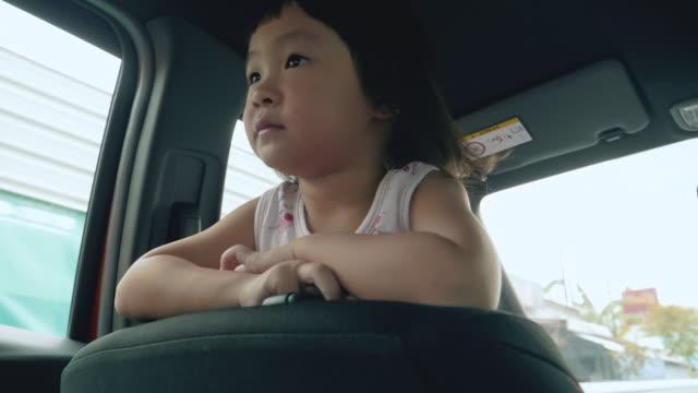 Kinder im Auto reisen