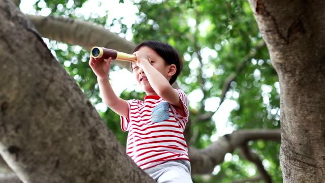 Kinderen gebruiken telescoop