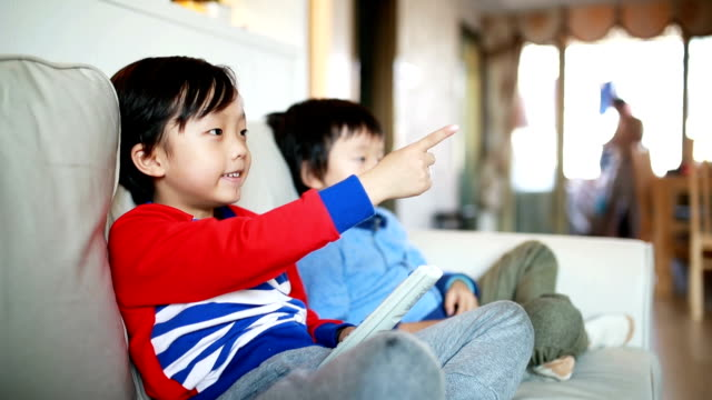 Kinder beobachten Fernseher