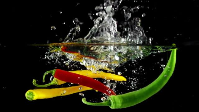 SLOW MOTION: Peperoncino si tuffa in acqua