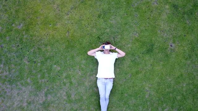 Chillen auf dem Rasen mit VR-Brille