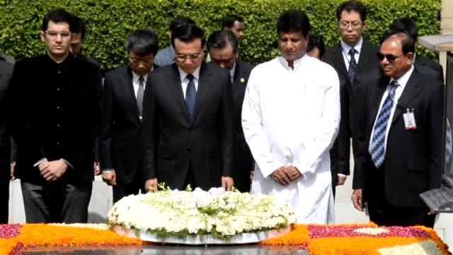 Chinas Prime Minister Li Keqiang visits Rajghat the Delhi memorial for Mahatma Gandhi during his state visit to India CLEAN Visiting Chinese PM vows...
