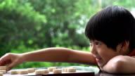 Chinesische Kind spielt Zeitlupe
