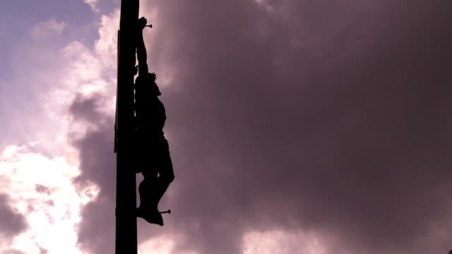 T/L Cristo croce contro il cielo minaccioso