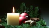 Weihnachten Kerze und Kugeln