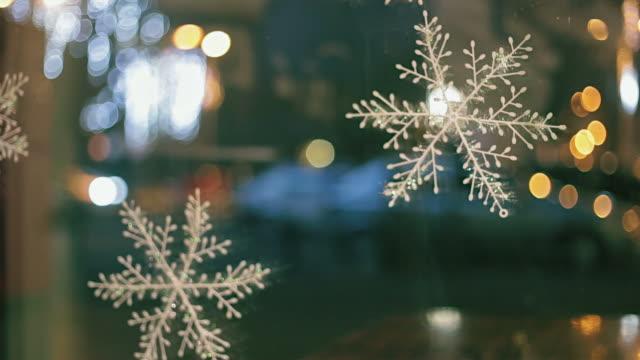 Kerstdecoratie op venster.