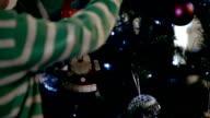 Weihnachtsdekoration Päckchen auf einem Baum