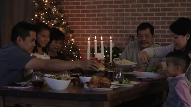 Weihnachtsessen mit der ganzen Familie
