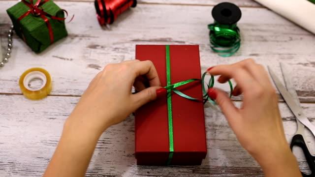 Weihnachtsgeschenke und Packpapier