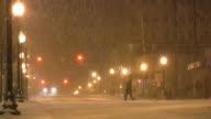 Weihnachten winter. Schneesturm Schnee, Schneeflocken, schneit. Städtisches Motiv.