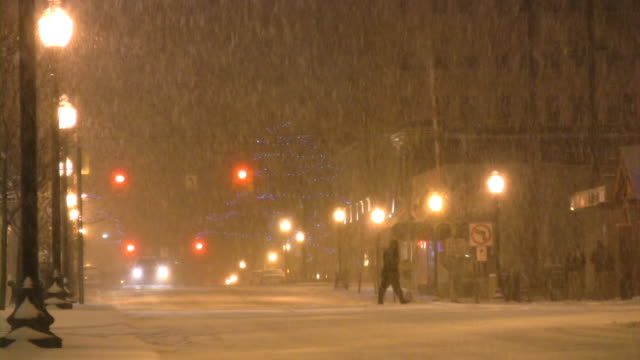 Natale l'inverno. Neve molto forte, fiocchi di neve, nevicata. Scena urbana.