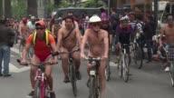Cientos de ciclistas se desnudaron total o parcialmente el fin de semana en la Ciudad de Mexico para denunciar su vulnerabilidad frente a los...