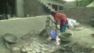 Cientos de habitantes de un pueblo entre India y Paquistan sufren de ceguera deformidades y paralisis problemas que creen tienen su origen en un agua...