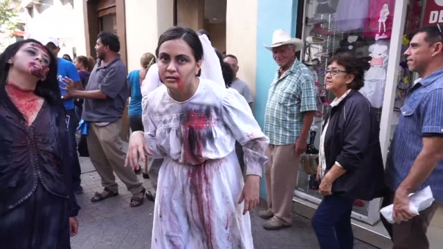 Cientos de hondurenas se disfrazaron de zombis el viernes y se concentraron en el centro de la capital para llamar a los electores a votar con...