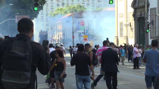 Cientos de manifestantes reunidos frente a la Asamblea Legislativa de Rio de Janeiro fueron dispersados el viernes con gases lacrimogenos por la...